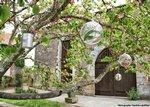 Lors de votre mariage au Château, la cour est également privatisée pour le vin dhonneur en extérieur.