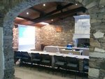 La salle de réunion est équipée de tables et chaises pour les participants, écran, paperboard, En option: vidéoprojecteur et matériel de sonorisation.