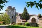 Le Château date du 14ème siècle. Depuis 1924, le Château appartient à la famille Lusseaud. Aujourd hui, le Château est un domaine viticole de 30 hectares, vous y trouverez de belles salles de réceptions pour vos évènements, et 5 chambres d hôtes pour découvrir notre belle région viticole.