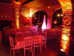Nous pouvons donner un aspect intime à votre soirée avec des éclairages d ambiance.
