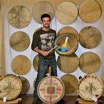 Julien Fihey, créateur des tambours Chacun Son Rythme sur lesquels je propose des peintures personnalisées sur commande.